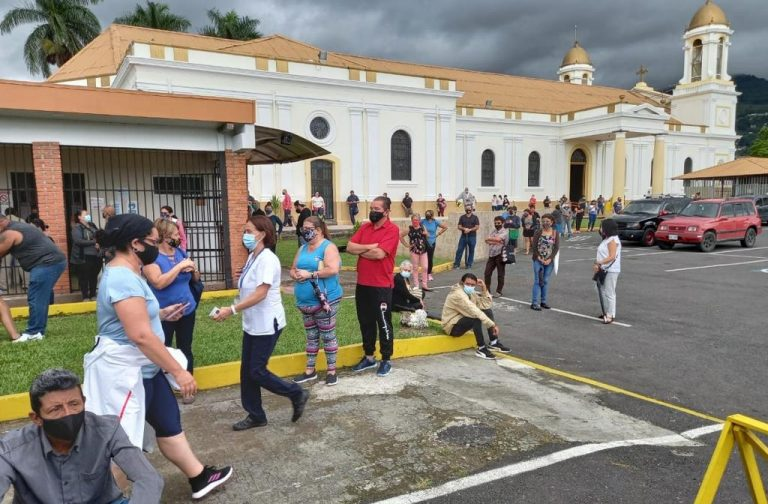Long lines and long waits for a massive vaccination campaign against covid-19 in Alajuelita