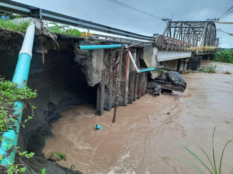 MOPT uses its own equipment to attend to roads affected by rain