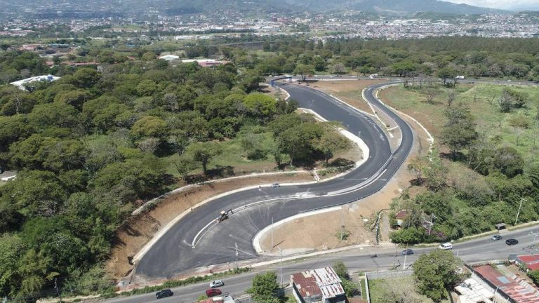 The last straw: access road to Barreal de Heredia is delayed because they forgot the sidewalks