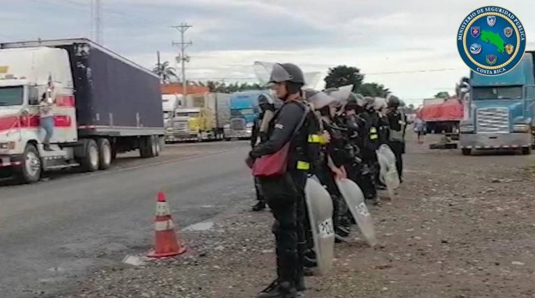 Police ensure crossing the border with Panama