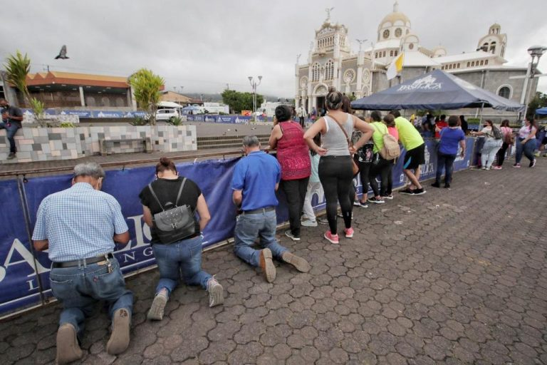 Neither restrictions, closures, nor rain kept the faithful from Cartago