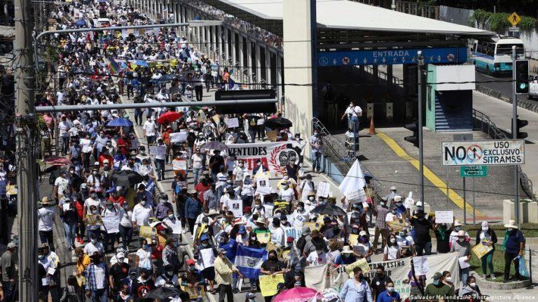 El Salvador: Thousands march against President Nayib Bukele
